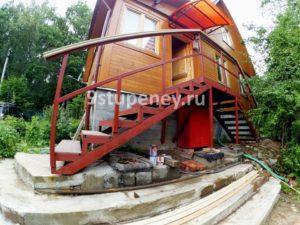 Входная лестница в дом из металла